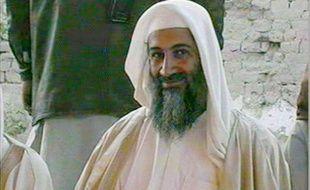 Capture d'écran d'une émission d'Al-Jazeera montrant Oussama ben Laden au mariage de son fils, le 9 janvier 2001 à Kandahar, en Afghanistan.