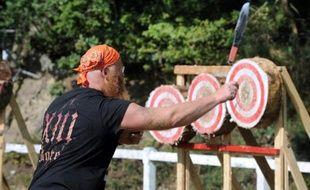 Un lanceur de couteaux et de haches dispute en Bretagne les championnats du monde de la discipline le 23 août 2014 à Callac