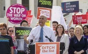 Le sénateur démocrate Cory Booker et des manifestants devant la Cour suprême des Etats-Unis le 28 juin 2018.