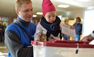 Des électeurs dans un bureau de vote à Jaunmarupe, le 4 octobre 2014 en Lettonie