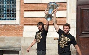 Clément Poitrenaud et Vincent Clerc présentent aux supporters du Stade Toulousain la Coupe d'Europe remportée la veille aux dépens de Biarritz, le 23 mai 2010 sur la place du Capitole.