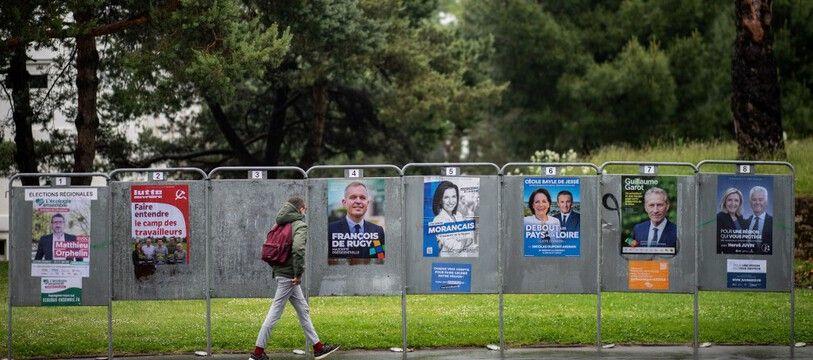 Des panneaux électoraux pour les élections régionales à Nantes.