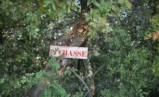 Un panneau indiquant une réserve de chasse. (Illustration)