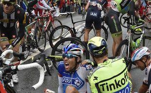 Ivan Basso (en jaune est tombé lors de la 5e étape entre Arras et Amiens. (AP Photo/Jeff Pacoud, Pool)/PDJ127/921208148399/1507081859