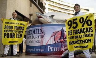 Des militants de l'organisation Greenpeace devant le siège de la société Petit Navire le 30 octobre 2014 à Paris