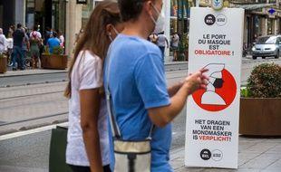 Dans les rues de Bruxelles. (illustration)