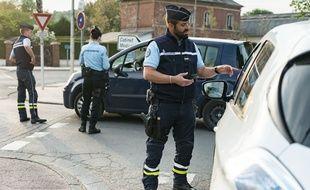 Des gendarmes de la brigade de Bernay contrôlent des attestations de sortie, lundi 20 avril 2020 (photo d'illustration)