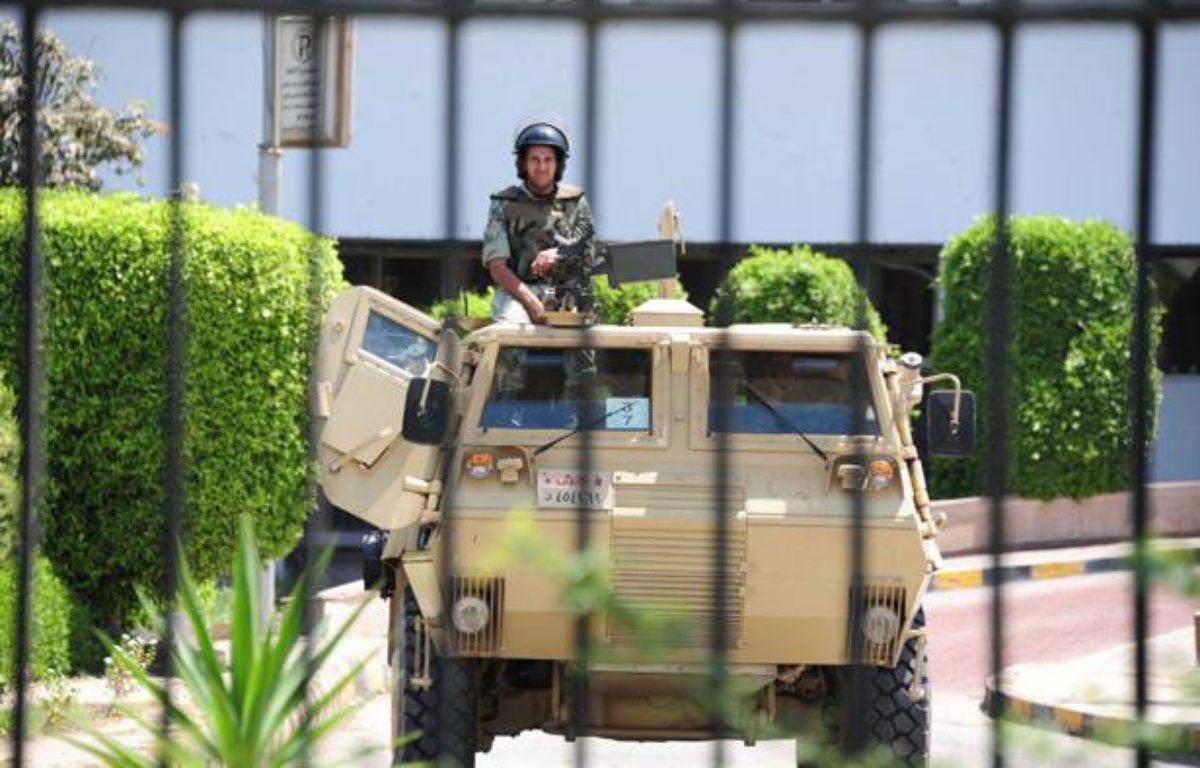 Des militaires égyptiens surveillent l'accès de l'hôpital militaire de Maadi, où a été transféré HosniMoubarak, le 20 juin 2012. – ALFRED/SIPA