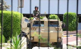 Des militaires égyptiens surveillent l'accès de l'hôpital militaire de Maadi, où a été transféré HosniMoubarak, le 20 juin 2012.