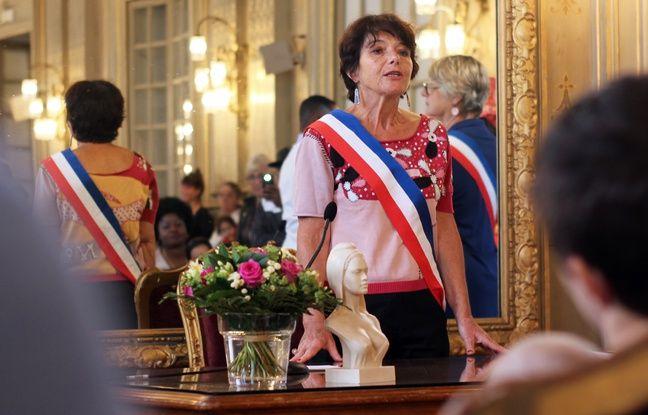 L'élue Catherine Debroise a remis le parrainage républicain aux enfants nés au squat de la Poterie, à la mairie de Rennes le 12 juillet 2017.