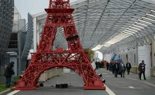 Une réplique de la Tour Eiffel à l'entrée du parc d'expositions le 29 novembre 2015 au Bourget
