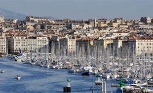 Une quinzaine d'agents du port de Marseille opposés à la réforme portuaire ont brièvement bloqué samedi matin le terminal croisières, empêchant l'accostage du navire de croisières MSC Fantasia, a-t-on appris de sources concordantes.
