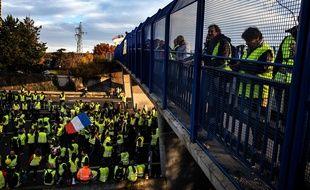 """Manifestation des """"Gilets Jaunes"""" dimanche 24 novembre sur l'autoroute A6 au Nord de Lyon (JEFF PACHOUD / AFP)"""