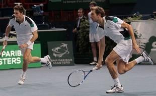 Nicolas Mahut et Julien Benneteau lors d'un match de double à Bercy le 12 novembre 2011.