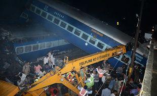Les secours sont sur place et tentent de dégager les victimes du déraillement de train.