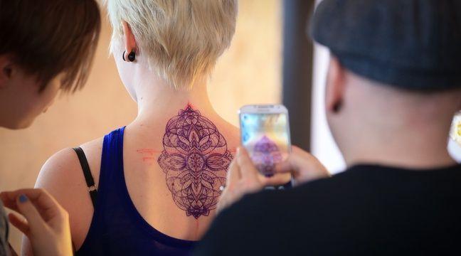femme mure et jeune tatouage de pute
