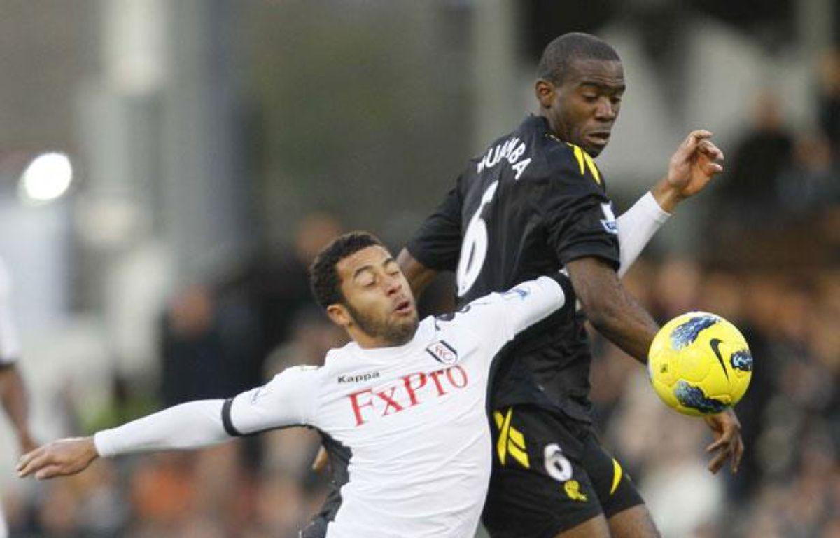 Le footballeur Fabrice Muamba (à droite) sous le maillot de Bolton le 17 décembre 2011 – AP Photo/Alastair Grant/SIPA