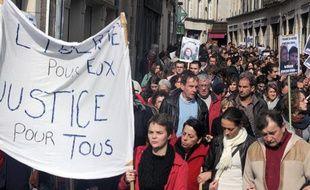 Des personnes défilent, le 17 octobre 2009 à Poitiers, pour exprimer leur soutien à deux des huit personnes jugées après les violences commises le 17 octobre 2009 dans la ville.