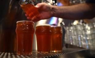 Illustration d'un barman servant des bières.