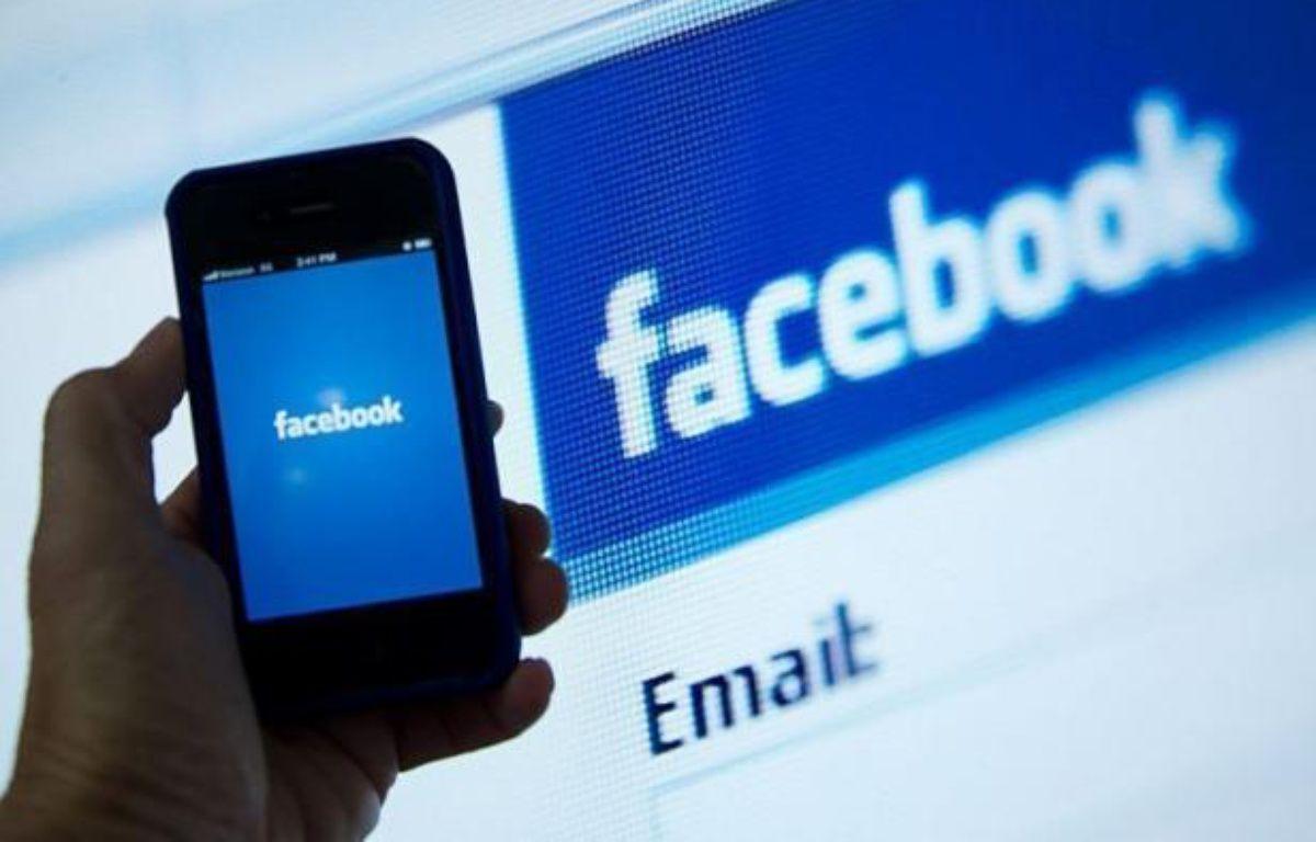 L'action du champion des réseaux sociaux, Facebook, a chuté de près de 10% à la Bourse de New York mardi, précipitée sous la barre des 30 dollars par une combinaison d'informations de presse et d'options de vente dix jours après son introduction sur les marchés financiers. – Karen Bleier afp.com