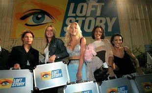 Kenza, Delphine, Loana, Julie et Laure, les candidates de la première édition de «Loft Story» avant leur entrée dans le loft, le 26 avril 2001.