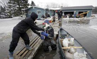 A Fargo, aux Etats-Unis, des habitants tentent le 27 mars 2009 de construire des digues pour lutter contre les inondations.
