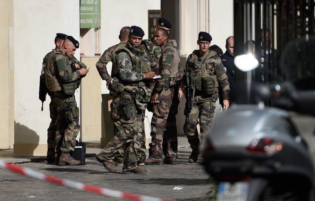 Une voiture a foncé sur des militaires de l'opération Sentinelle mercredi 9 août 2017 à Levallois-Perret (Hauts-de-Seine), faisant six blessés. – STEPHANE DE SAKUTIN / AFP