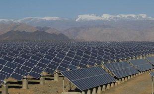 Des panneaux solaires dans une centrale solaire à Hami, au nord-ouest de la Chine, le 8 mai 2013