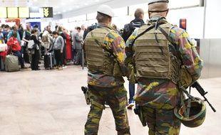 Deux soldats en patrouille à l'aéroport de Bruxelles-Zaventem, le 2 mai 2016.
