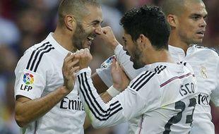 Benzema, félicité par Isco et Pépé, le 25 octobre 2014 à Santiago Bernabeu.