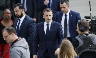 Berd'huis (Orne), le 12 avril 2018. Alexandre Benalla accompagne Emmanuel Macron lors d'un déplacement dans une école quelques semaines avant que n'éclate l'affaire qui porte, depuis, son nom.