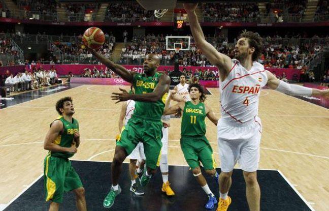 Pau Gasol (en blanc) trop court face à Larry Taylor, l'Espagne s'incline contre le Brésil (88-82), à Londres, le 6 août 2012.