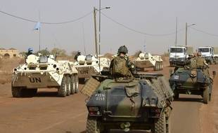 Des soldats français de l'opération Barkhane patrouillent dans le Sahel (ici au Mali), le 30 mai 2015.