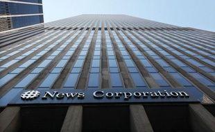 """News Corporation a annoncé que quatre """"employés actuels et passés"""" du tabloïd britannique The Sun avaient été arrêtés samedi dans le cadre d'une enquête sur les écoutes illégales pratiquées dans le groupe de médias."""