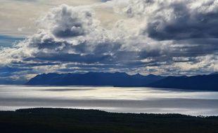Le vent, qui redessine en permanence le ciel de la Terre de Feu, fait danser la lumière sur le grand lac Fagnano.