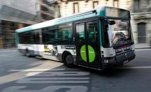Un bus dans le centre de Paris, le 14 mars 2014