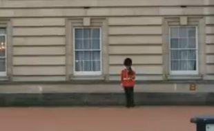 Capture d'écran d'un soldat de Buckingham Palace, improvisant des pas de danse pendant son tour de ronde.