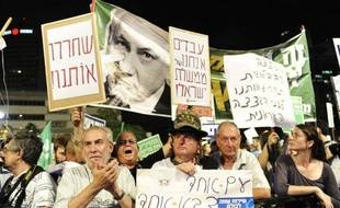 Environ 2.500 personnes se sont rassemblées samedi soir à Tel-Aviv dans deux manifestations séparées pour protester respectivement contre l'austérité économique et l'absence d'une loi imposant un service militaire à tous.