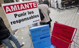 Paris le 06 novembre 2013. Rassemblement et manifestation des victimes de l'amiante et de l'association Andeva contre l'abandon des poursuites dans le cadre du proces de l'amiante en France.