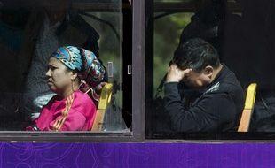 Une femme ouïghoure dans un bus à Urumqi, dans la région du Xinjiang.
