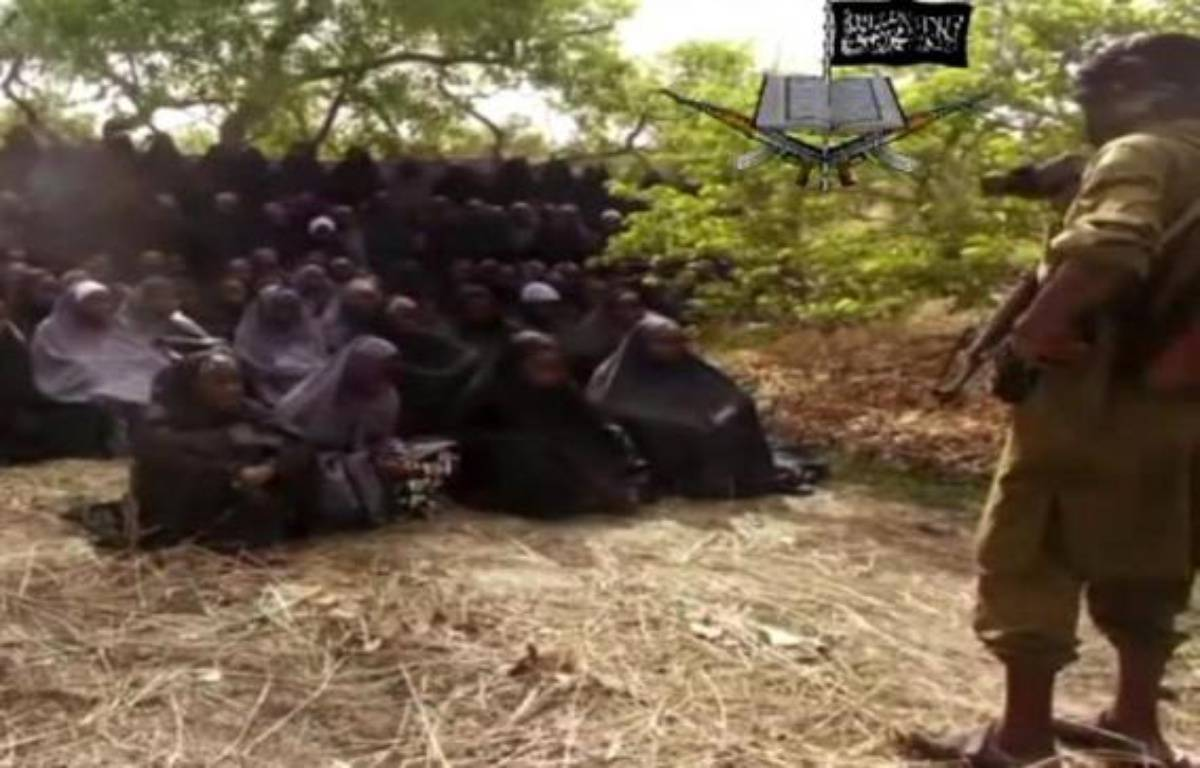 Capture d'écran de la vidéo de Boko Haram diffusée le 12 mai 2014 montrant des lycéennes enlevées par le groupe islamiste en train de prier, habillées en hijab, dans un endroit non précisé – . Boko Haram