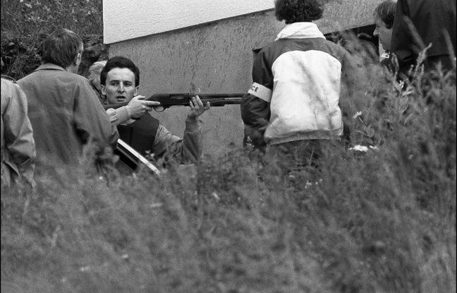 Aumontzey (Vosges), le 10 juin 1985. Jean-Marie Villemin tient un fusil lors de la reconstitution du crime de Bernard Laroche.