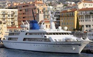 La saisie conservatoire d'un luxueux yacht ayant appartenu à l'ancien dictateur Saddam Hussein et que l'Etat irakien souhaite récupérer, a été maintenue mercredi par le tribunal de commerce de Nice qui ne s'est pas prononcé sur la propriété du navire.