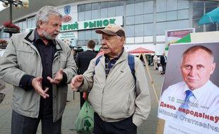 """Des opposants bélarusses parmi lesquels Alexandre Milinkevitch ont collecté des signatures dimanche à Minsk pour une pétition demandant la libération des """"prisonniers politiques"""" dans ce pays dirigé d'une main de fer par le président Alexandre Loukachenko."""