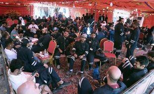 Des employés du du secteur pétrolier au siège de leur syndicat à Al-Ahmadi à 35 km de Koweït City, le 19 avril 2016
