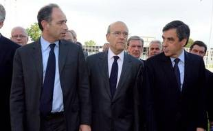 """François Fillon, Jean-François Copé et Alain Juppé ont dit """"joindre leurs """"forces"""" pour appeler à la """"mobilisation totale"""", selon les mots du Premier ministre, jeudi soir lors d'un meeting commun à Bordeaux, au lendemain du débat Sarkozy-Hollande et à J-3 du second tour."""