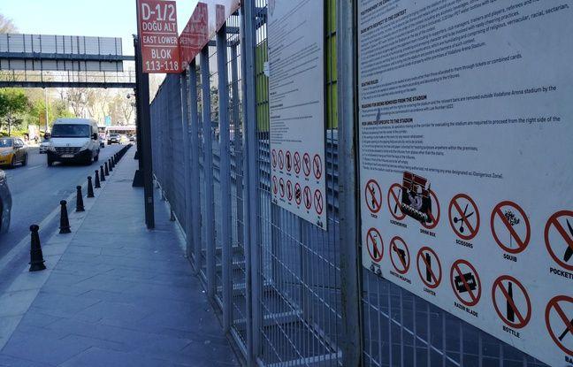 Devant les grilles qui entourent une large partie du Vodafone Arena, de grandes pancartes indiquent les consignes de sécurité et les objets interdits à l'intérieur.