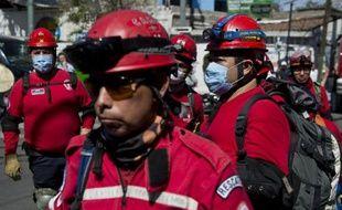 Des équipes de secours arrivent à la maternité de Cuajimalpa, détruite par une explosion de gaz, le 29 janvier 2015