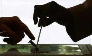 """Un total de 67% des Français (+3 points) voteront """"principalement en fonction de considérations locales"""" aux municipales, selon un sondage Ifop pour Le Journal du Dimanche."""