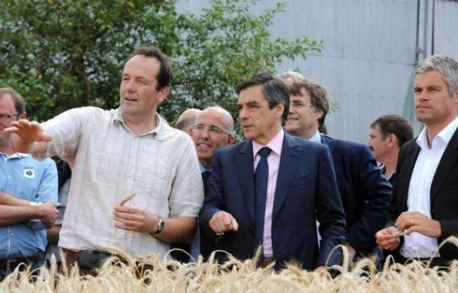 """Seul candidat officiel à la présidence de l'UMP, avant l'entrée en lice attendue de Jean-François Copé, François Fillon a démarré lundi sa campagne de terrain dans le Loiret en se voulant """"à l'écoute"""" des militants qui choisiront leur chef en novembre."""